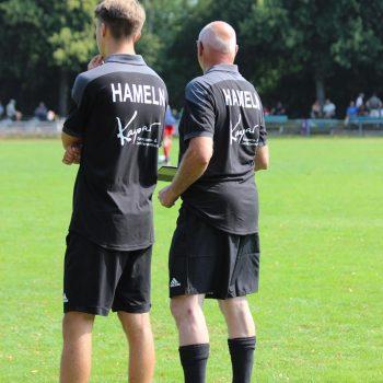 Rückenansicht: U !2-Coaches lnhoff und Scholz