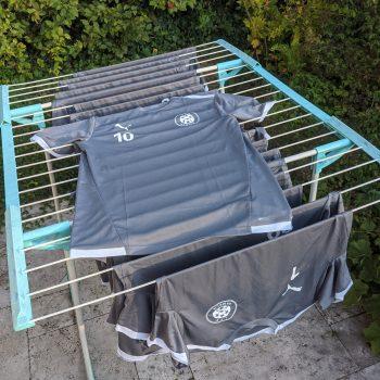 Neue Shirts auf Wäscheständer